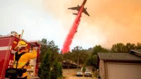 Desde que estalló la noche del lunes en el condado de Ventura, a una hora al noroeste de Los Ángeles, el llamado incendio Thomas ha arrasado ya 53.400 hectáreas un área que triplica el tamaño de la capital estadounidense, Washington DC, y sólo está contenido en un 10%.