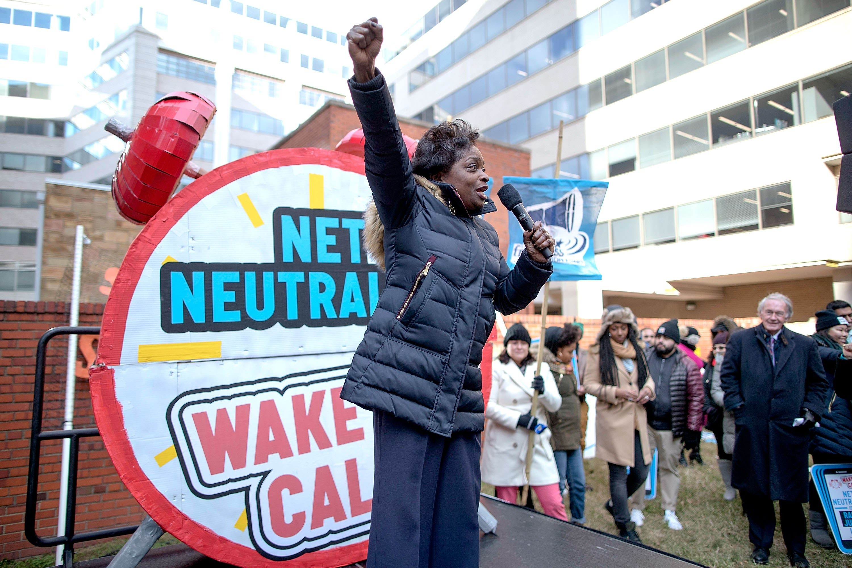 La medida fue aprobada entre múltiples protestas por parte de demócratas, asociaciones de consumidores y algunas voces entre las filas republicanas.
