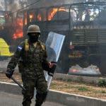 El viernes las protestas se concentraban especialmente en Tegucigalpa y diferentes puntos de la importante carretera del litoral atlántico, donde soldados y policías desalojaron repetidamente a los manifestantes que habían montado barricadas en llamas.