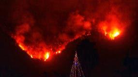 Los residentes empezaron a buscar aire el lunes cuando un incendio creció en tamaño, convirtiéndose en el quinto más grande en la historia del estado. (Mike Eliason / Departamento de Bomberos del Condado de Santa Bárbara vía AP)