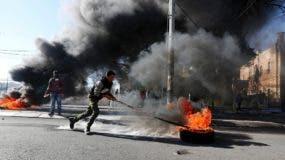 Palestinos se enfrentan a tropas israelíes durante protestas en Belén./ EFE