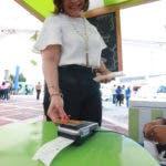 """El Banco Popular denomina como """"tapear"""" al acto en el cual la transacción se efectúa por aproximación de la tarjeta sin contacto a una terminal de pago adaptada a la tecnología NFC."""