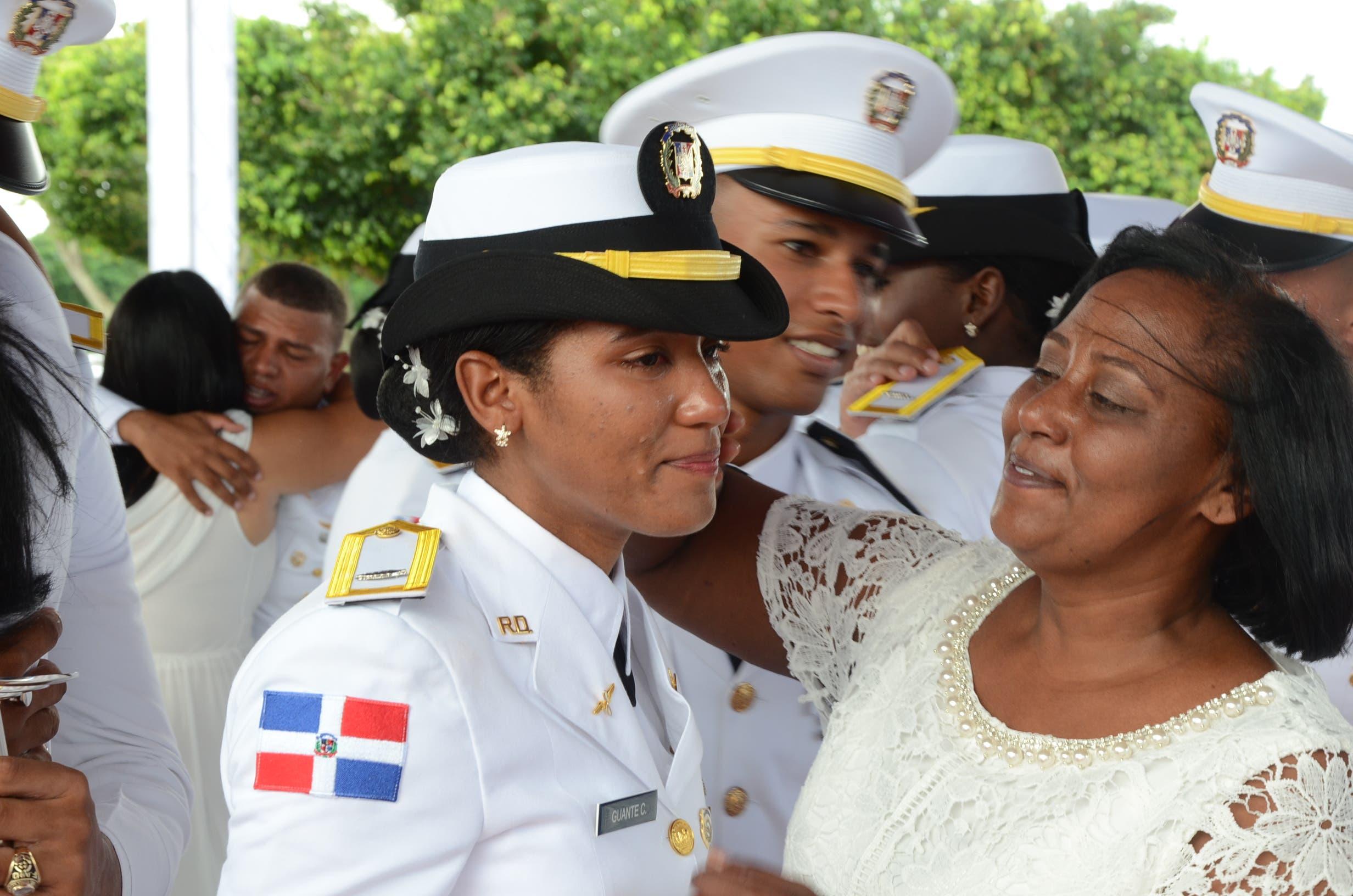La Fuerza Aérea Dominicana graduó 31 nuevos oficiales,donde el presidente Danilo Medina, entregó sables de mando a cada graduado/ foto José de León.