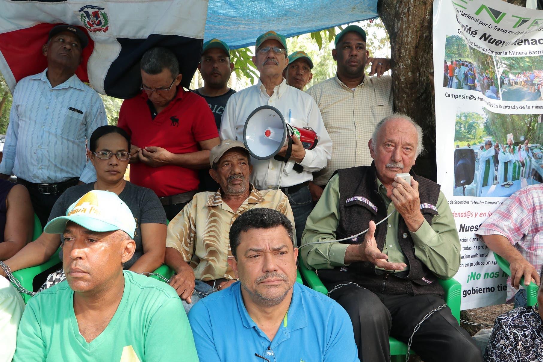Fidelio Despradel y otros aliancistas visitan a encadenados frente a la Barrick.