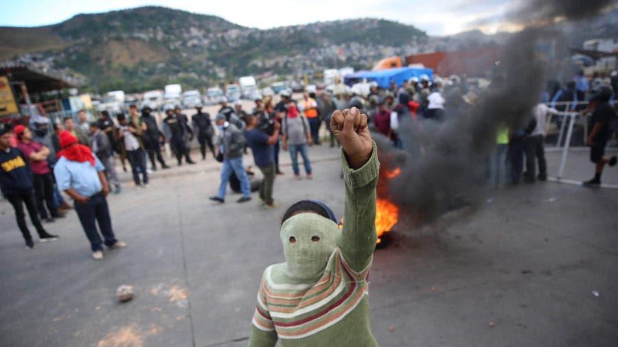 Manifestantes montan barricadas con escombros y llantas en llamas  en Tegucigalpa (Honduras) contra los resultados de los comicios del 26 de noviembre contra el candidato. Foto EFE
