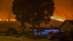 Los fuertes vientos de Santa Ana han estado alimentando grandes incendios forestales durante toda la semana, destruyendo casas y obligando a evacuar a decenas de miles de personas. AFP
