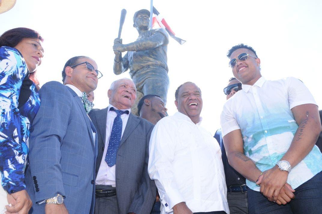 Desvelan en Montecristi estatua de Osvaldo Virgil, primer dominicano en las Grandes Ligas