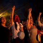 Manifestantes antigubernamentales gritan consignas durante un toque de queda impuesta por el gobierno en Tegucigalpa, Honduras. AP.