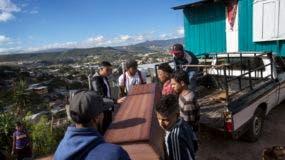 Familiares y vecinos portan el ataúd que contiene los restos de Kimberly Dayana Fonseca, 19, en Tegucigalpa, Honduras, el sábado 2 de diciembre de 2017. AP