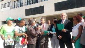 Fidelio Despradel, Fidel Santana y diputada Faride Raful recibieron el documento. Foto: Degnis De León.