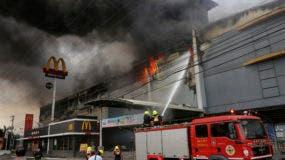 Bomberos combaten un incendio en el centro comercial NCCC en la ciudad de Davao, en el sur de Filipinas, el sábado 23 de diciembre de 2017. AP
