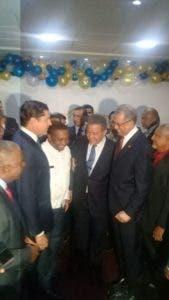 Fernández recibe felicitaciones de funcionario y dirigentes del Partido.