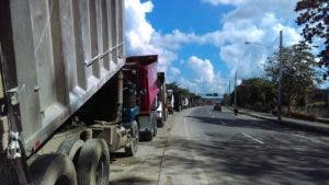 Los camiones están detenidos en la isleta de la autopista 6 de Noviembre.