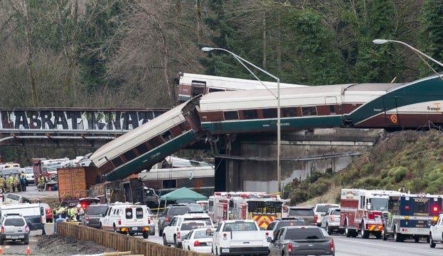 El tren que descarriló en EE.UU iba a más del doble de la velocidad permitida