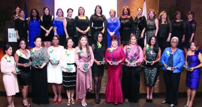 La directiva  junto a las doce damas galardonadas.