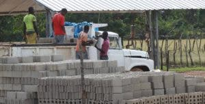 Haitianos son empleados como obreros de la construcción en comunidades de Montecristi.