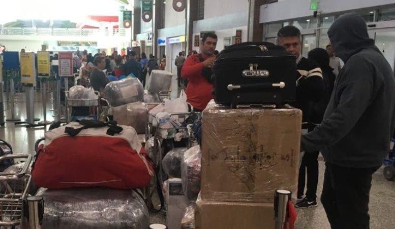 Personas permanecían varadas en el AILA a la espera de vuelos.