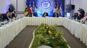 Delegados gobiernistas y opositores en medio de discusiones.