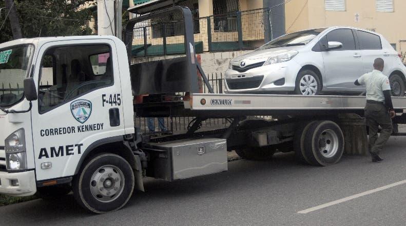 Agentes de  Amet están vigilantes  de los  vehículos sin marbete.