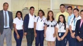 Estudiantes de los centros educativos  y  docentes que los acompañaron en los Coloquios de EL DÍA, junto al  director José P. Monegro y parte del equipo editorial.