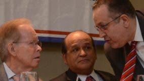 José Luis Corripio Estrada conversa con Iván García y el director de la DGII, Magín Díaz.
