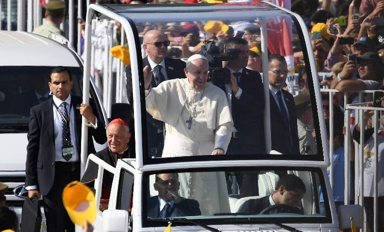 El papa ofició la  primera misa de su gira ante 400 mil fieles.