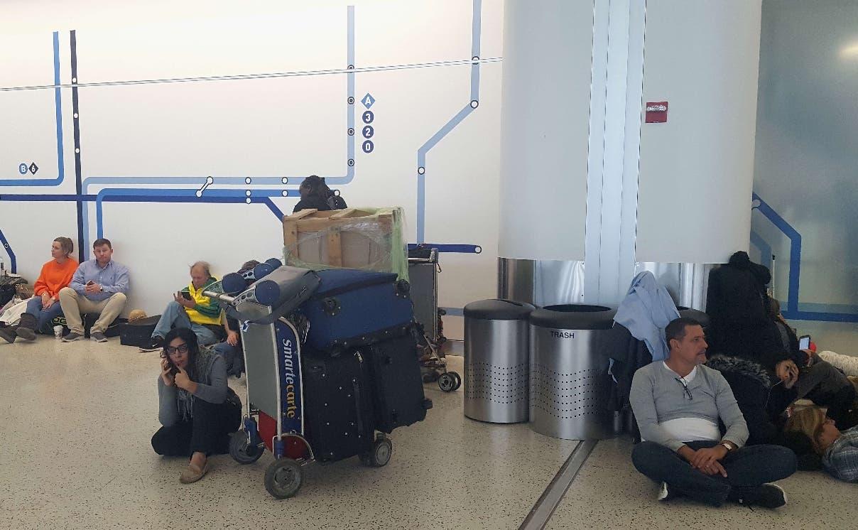 Muchos pasajeros quedaron varados en las terminales por causa del mal tiempo en Estados Unidos.