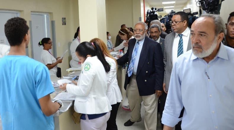 Autoridades recorren  instalaciones del centro hospitalario.