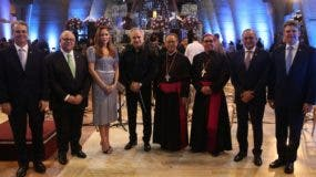 Los obispos  de Higüey y ejecutivos del Banco Popular Dominicano durante la vigésima edición del Gran Concierto Altagraciano en la Basílica de Nuestra Señora de La Altagracia.