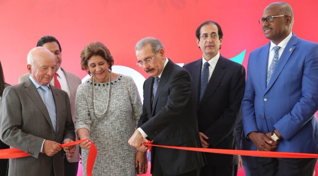 El presidente Danilo Medina mientras cortaba la cinta que dejó inaugurado el centro comercial.