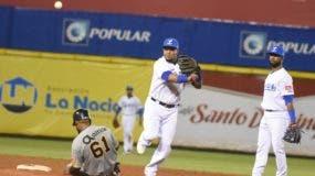 Erick Aybar completa una doble matanza anoche poniendo out a Daniel Santana en la segunda base.