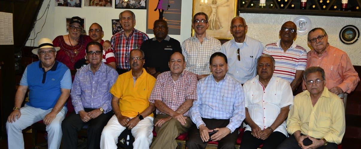 El doctor César Mella Mejía  junto a sus invitados.