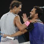 Rafael Nadal, izquierda, y Víctor Estrella aprovechan para saludarse en medio de la cancha al término del partido ayer en Australia.
