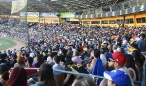 Parte del público que llenó ayer a capacidad el estadio Cibao para presenciar la doble cartelera.