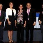 Arriba  Ramón Ventura Camejo y Sabine Bloch, junto a miembros del jurado,  entregan la medalla a Darly Solís, directora de