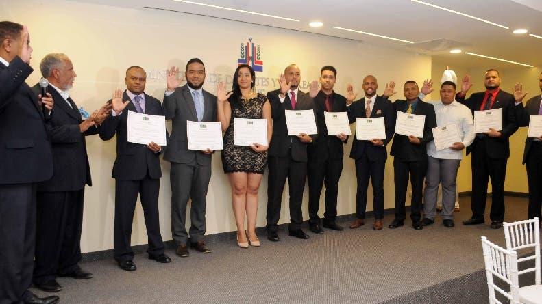 Danilo Díaz toma el juramento a los nuevos miembros de la ACD.