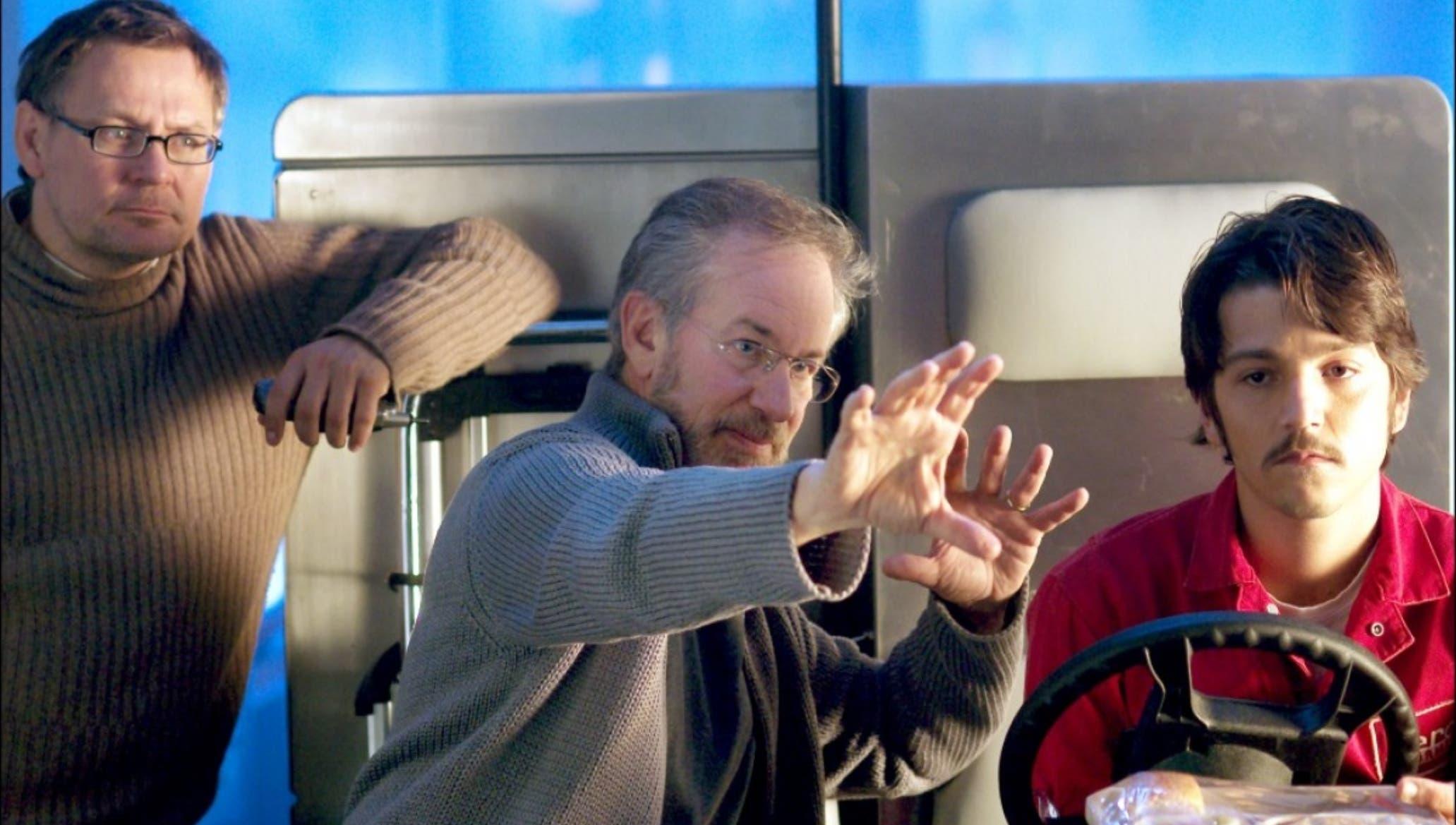 """Steven Spielberg   dirigiendo la película """"La terminal"""", en donde trabajó el actor mexicano Diego Luna, a quien orienta  en esta escena."""