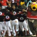 Los Leones del Escogido fueron los últimos en traer el trofeo de campeones de la Serie.  Archivo