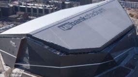 Dos aspectos del  U.S. Bank de Minneapolis, donde se celebrará el choque entre los Patriots y los Vikings .Luego, la  estricta seguridad fuera del estadio.