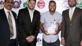 Manuel Margot recibe el trofeo de Novato del Año 2017. Fuente externa