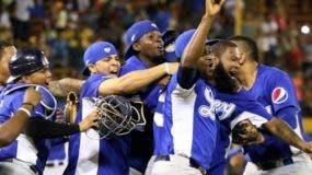 Jugadores de los Tigres celebran al lograr su pase a la final del torneo de béisbol invernal.