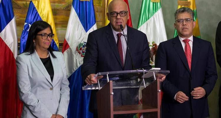 Delegación del Gobierno venezolano en el diálogo viaja esta tarde hacia RD