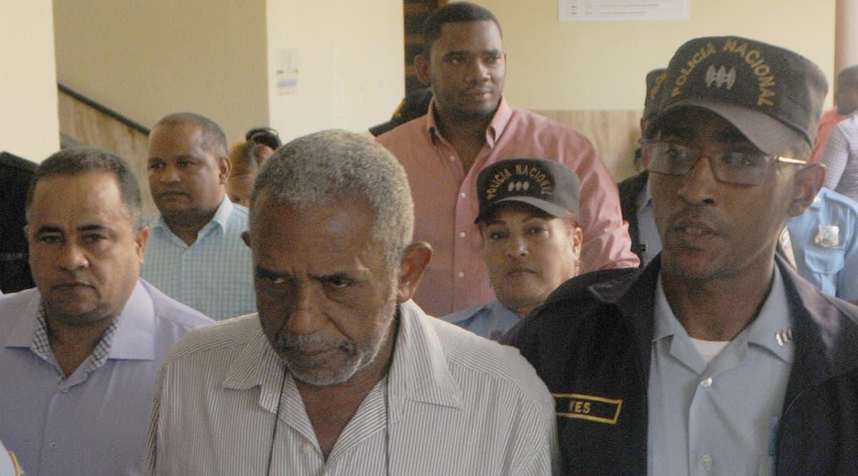 Ernesto Bienvenido Guevara Díaz  junto a otros  implicados cuando eran trasladados al tribunal.