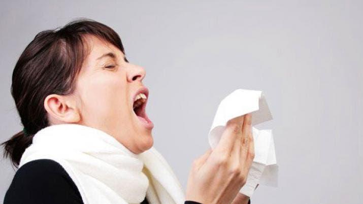 Esta es la razón por la que no debes aguantarte un estornudo