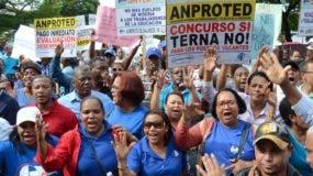 Maestros de  108 distritos  protestaron ayer frete a la  Minerd.