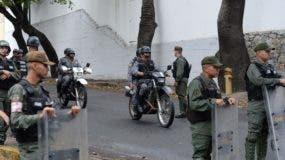 """Las fuerzas de seguridad bloquean el acceso a la morgue en Caracas donde los cuerpos del piloto deshonesto Oscar Pérez y otros seis """"terroristas"""" asesinados durante un sangriento asalto policial para arrestarlos, se mantienen. AFP / Federico PARRA"""