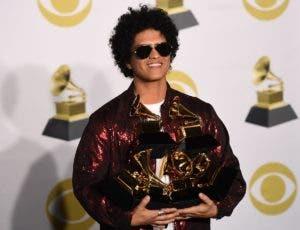 """on el Grammy por """"24K Magic"""", su tercer álbum, Mars dejó atrás también a tres nominados del hip hop, entre ellos """"4:44"""" de Jay-Z, que pese a tener ocho nominaciones se fue a casa con las manos vacías."""