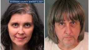 Los agentes del sheriff del condado de Riverside arrestaron a los padres David Allen Turpin y Louise Anna Turpin el domingo. Los padres podrían enfrentar cargos que incluyen tortura y poner en peligro a los niños. (Departamento del Sheriff del Condado de Riverside vía AP)