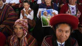 Una mujer sostiene un cartel que muestra al papa Francisco mientras espera su llegada a Puerto Maldonado, provincia de Madre de Dios, Perú. (Foto AP/Rodrigo Abd)