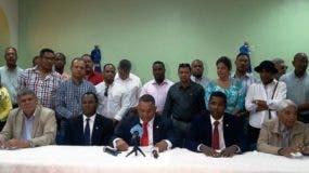 El agrimensor Juan Ramón Cruz, acompañado de los directivos del Codia y de ingenieros contratistas de obras presidió la rueda de prensa para reclamar el pago de las deudas del Estado con los colegiados.